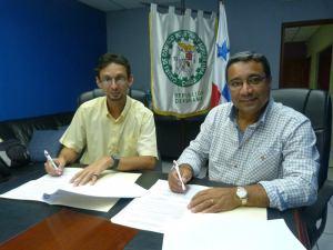 Firma del convenio entre el Sr. Fabrizzio Ponce y el Ing. Abdel Torres.  Foto cortesía del Departamento de Relaciones Públicas de la Cámara