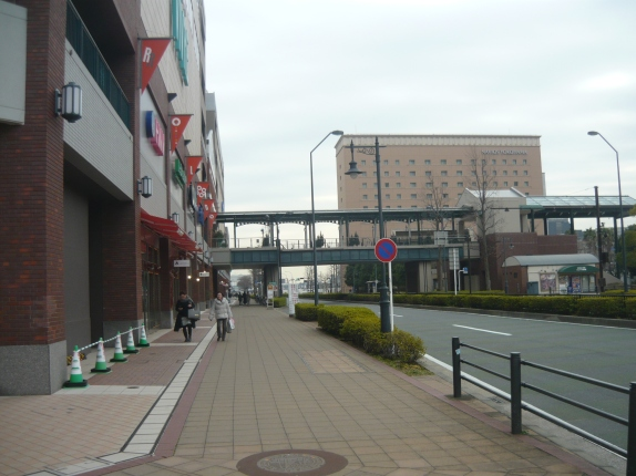 Aceras amplias permiten una gran gama de utilizaciones y son tolerantes al error. Fotografia Yokohama, Japón. Roy Jiménez.