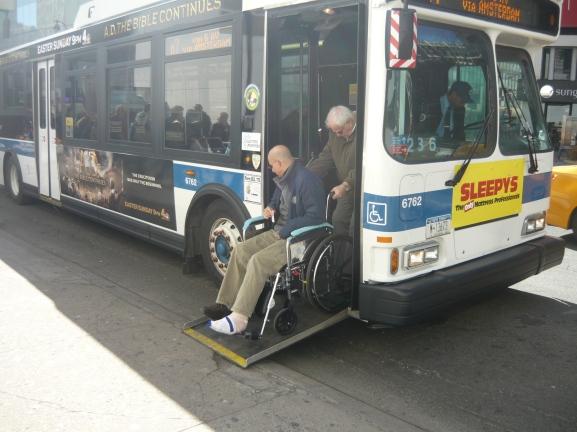 New York. Autobuses acondicionados ofrecen un uso equiparable a diferentes usuarios. Fotografía Roy Jiménez.