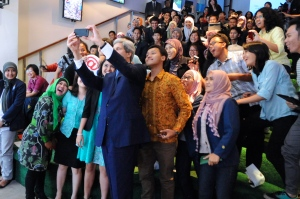 Secretary_Kerry_Takes_'Selfie'_With_Students_at_Climate_Change_Speech_in_Jakarta_(12561262493)